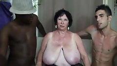 Franse oma laat zich verwennen door twee pikken