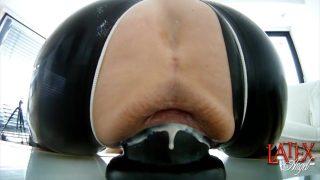 Kut opgerekt met een gigantische dildo