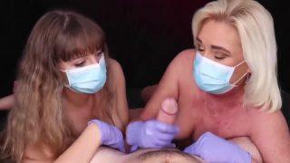 Twee sexy MILFS geven mij een veilige handjob (Coronavirus Proof)